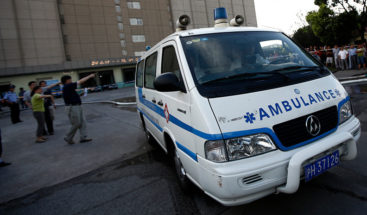 Transeúntes levantan un auto para liberar a una niña atropellada