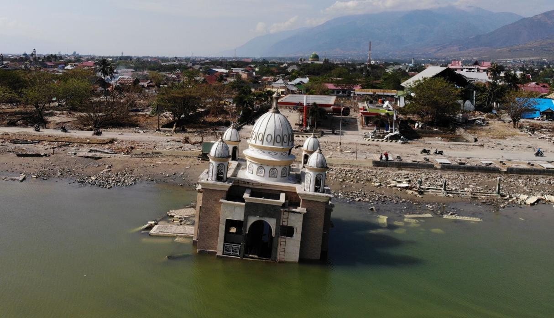 Restos de una mezquita en Palu tras terremoto y tsunami en Indonesia