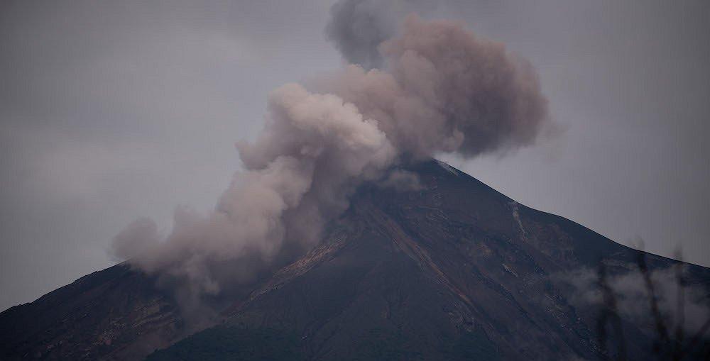 Evacúan a 62 personas por la erupción del volcán de Fuego en Guatemala