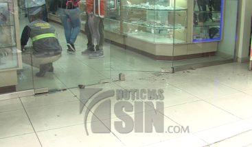 Desaprensivos roban tienda de bisutería en avenida Mella
