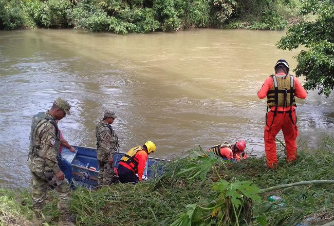 Encuentran cadáver de maestra panameña arrastrada por río con menores
