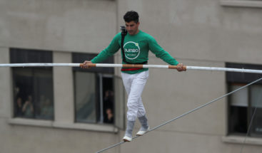 Acróbata cruza paseo peatonal sobre alambre a 50 metros de altura