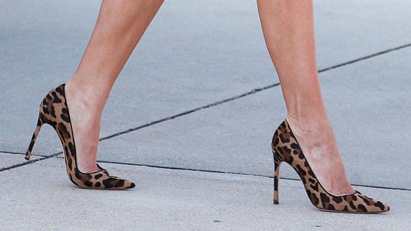 Melania Trump inicia su gira por África con tacones leopardo