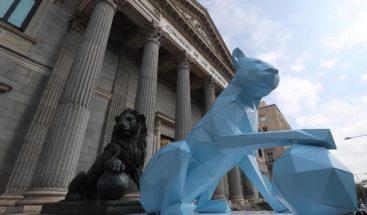 Nueva ''leona azul'' custodia el Congreso de Diputados en Madrid