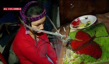 Mujer con parálisis cerebral pinta cuadros con su cabeza