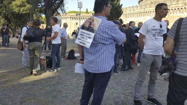 Decenas de personas protestan contra los abusos junto al Vaticano