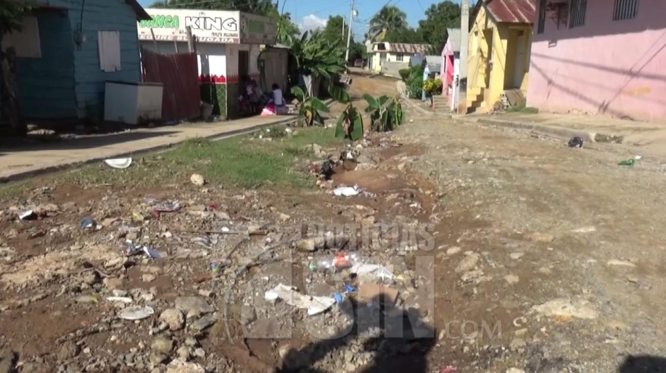 Siembran plátanos en calles de Dajabón en reclamo de su arreglo