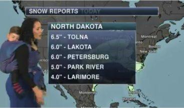 Viral: Meteoróloga da el parte del tiempo en televisión con bebé cargado