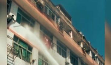 Amenaza con lanzarse desde la ventana y es salvada por cañonazo de agua