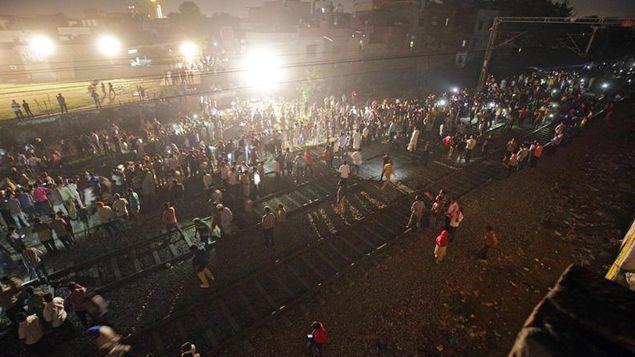 Al menos 58 muertos por atropello de tren cerca de paso a nivel en India