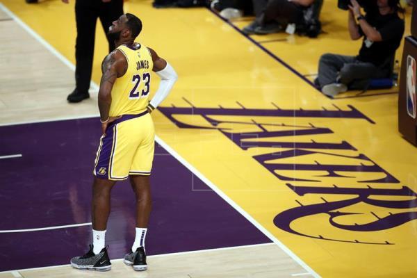 Los Nuggets estropean debut de James ante seguidores de los Lakers