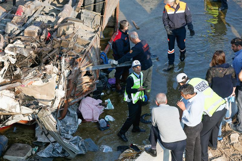 Mueren 22 inmigrantes al volcar camioneta en Turquía