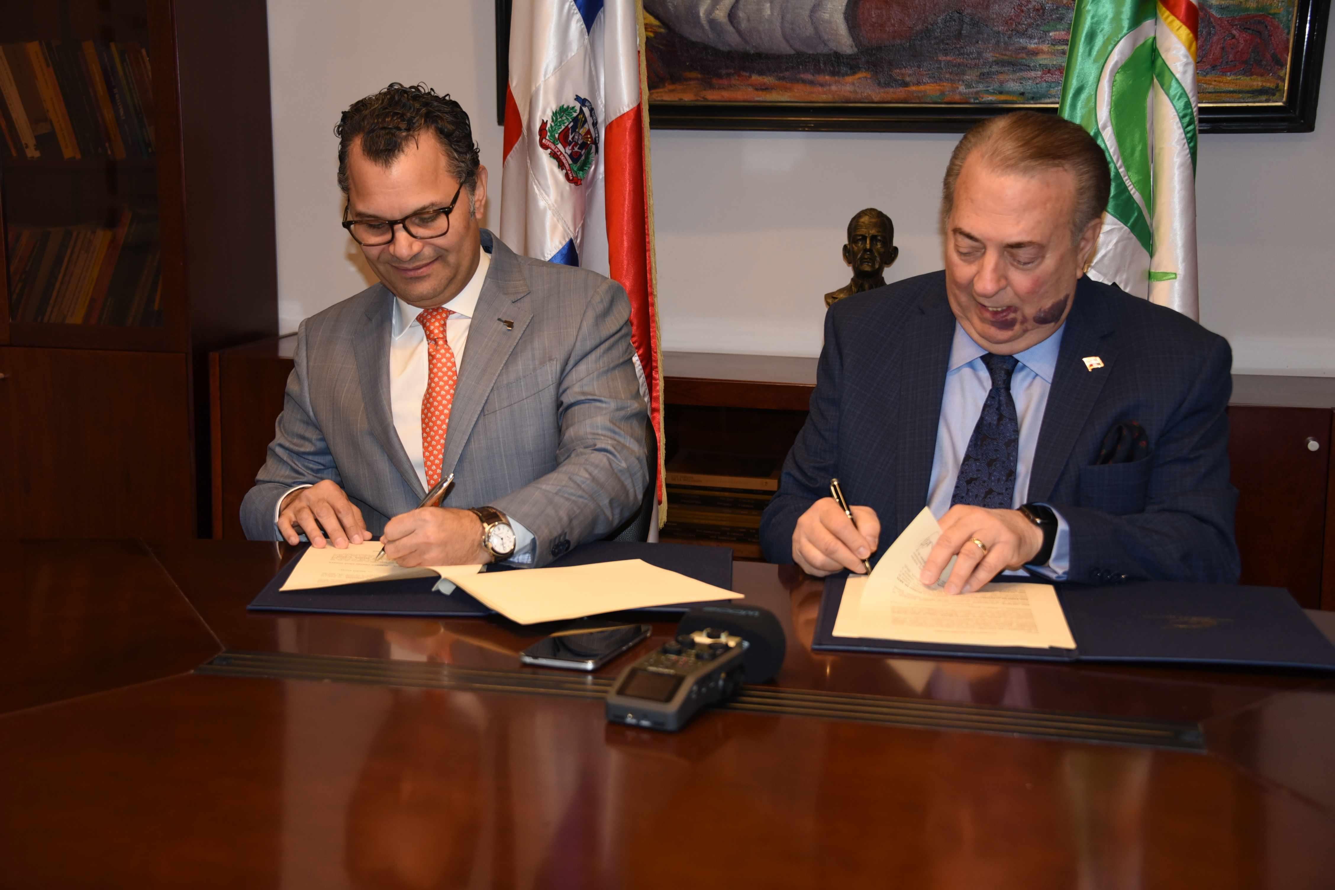 Cultura y Grupo Excel firman convenio para editar libro de obras del MAM