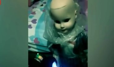 Muñeca poseída por el demonio ataca al novio de su dueña por celos