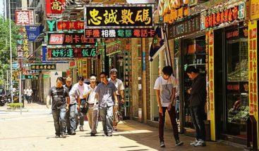 Enorme valla publicitaria cae y atrapa a varios peatones en China