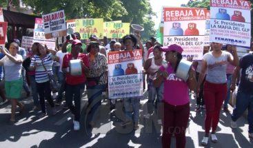 Mujeres salen a las calles para exigir bajen precios de los combustibles
