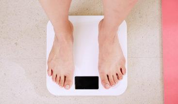 Revelan personas que se pesan a menudo son más propensas a adelgazar