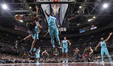 Walker conduce la victoria de los Hornets