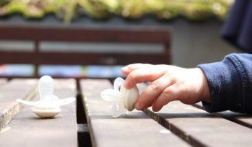 Revelan limpiar chupete bebé con saliva reduce riesgo de alergias y asma