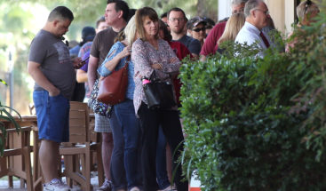 Largas filas en Los Ángeles para quienes quieren registrarse y votar