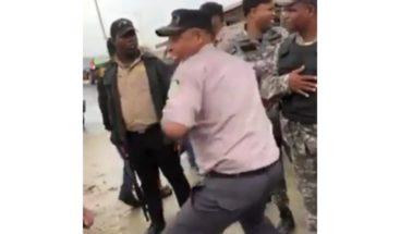 Policía y representante de los DDHH se enfrentan tras supuesto desalojo
