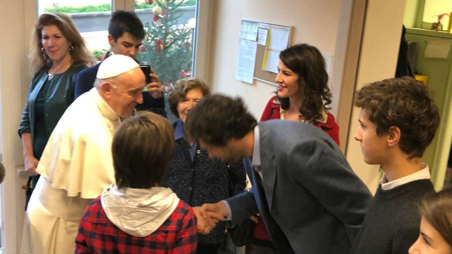 El papa visita por sorpresa dos centros que ayudan enfermos sin recursos
