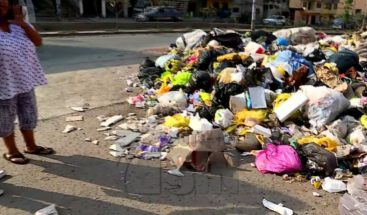 Por falta de recogida comunitarios lanzan basura a Alcaldía en Perú