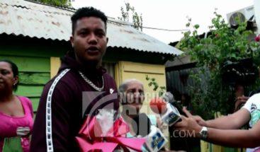 Starlin Castro entrega canastas navideñas en su barrio