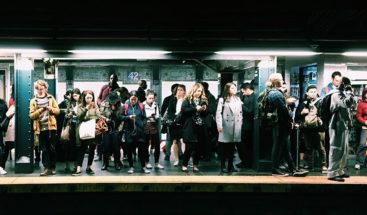 Detienen a mujer en metro de New York por inexplicable agresión racista