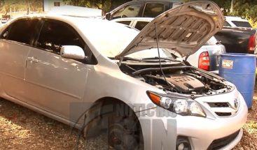 Desconocidos golpean a un taxista y desmantelan suvehículo