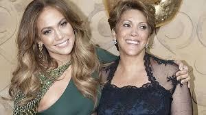 Golpean madre de Jennifer Lopez mientras la artista firmaba autógrafos