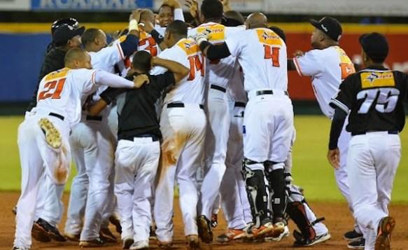 Toros se quedan solos en la cima en semifinal del béisbol dominicano