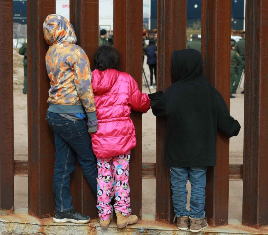 Congresistas de EE.UU. asisten a migrantes en la frontera con México
