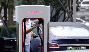 Intento fallido de conductora de cargar gasolina en auto Tesla eléctrico