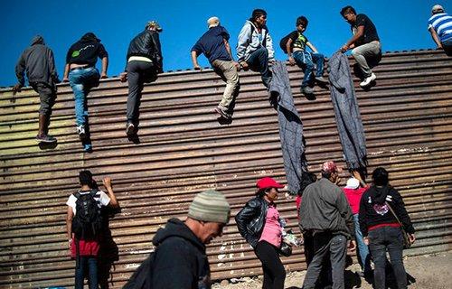 EEUU detiene a 13 inmigrantes que pretendían escalar el muro fronterizo