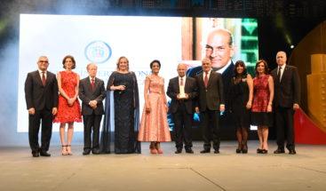 Otorgan Premio Internacional al Emigrante Dominicano Oscar de la Renta
