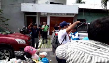 Empleados de alcaldía en Perú tiran basura frente a casa de la alcaldesa