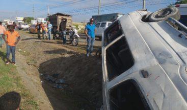 Minibús se vuelca y deja ocho heridos en entrada de Santiago