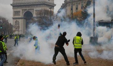 Francia suspenderá aumento al precio de combustibles tras protestas