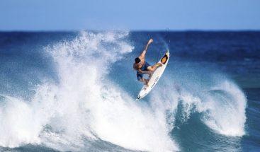 Surfista reclama el récord mundial tras remontar una ola de 30 metros
