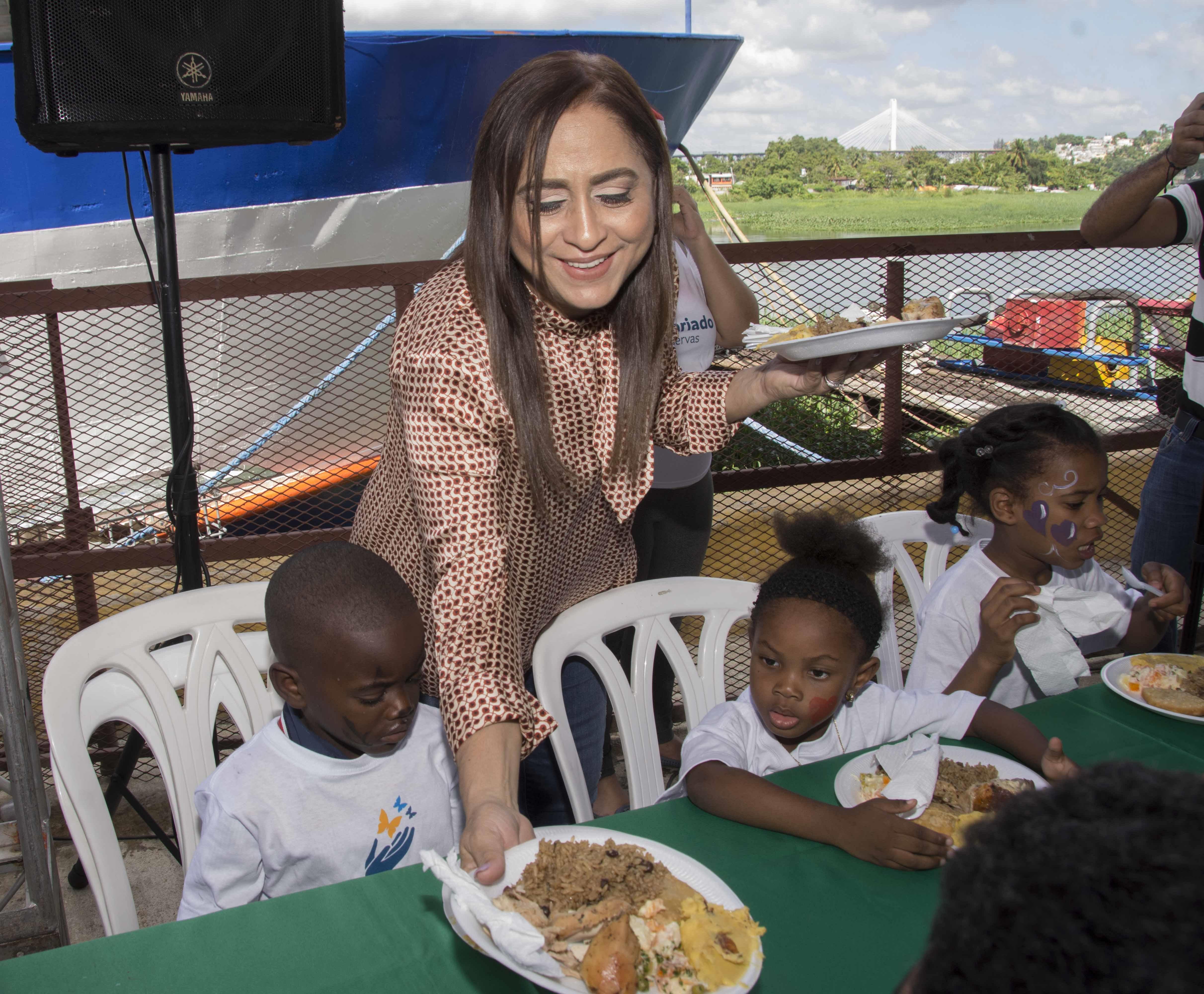 Agasajan más de 1,000 niños pobres de la ribera del Río Ozama