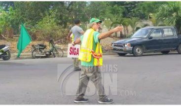Padre Rogelio dirige el tránsito en calles de La Vega