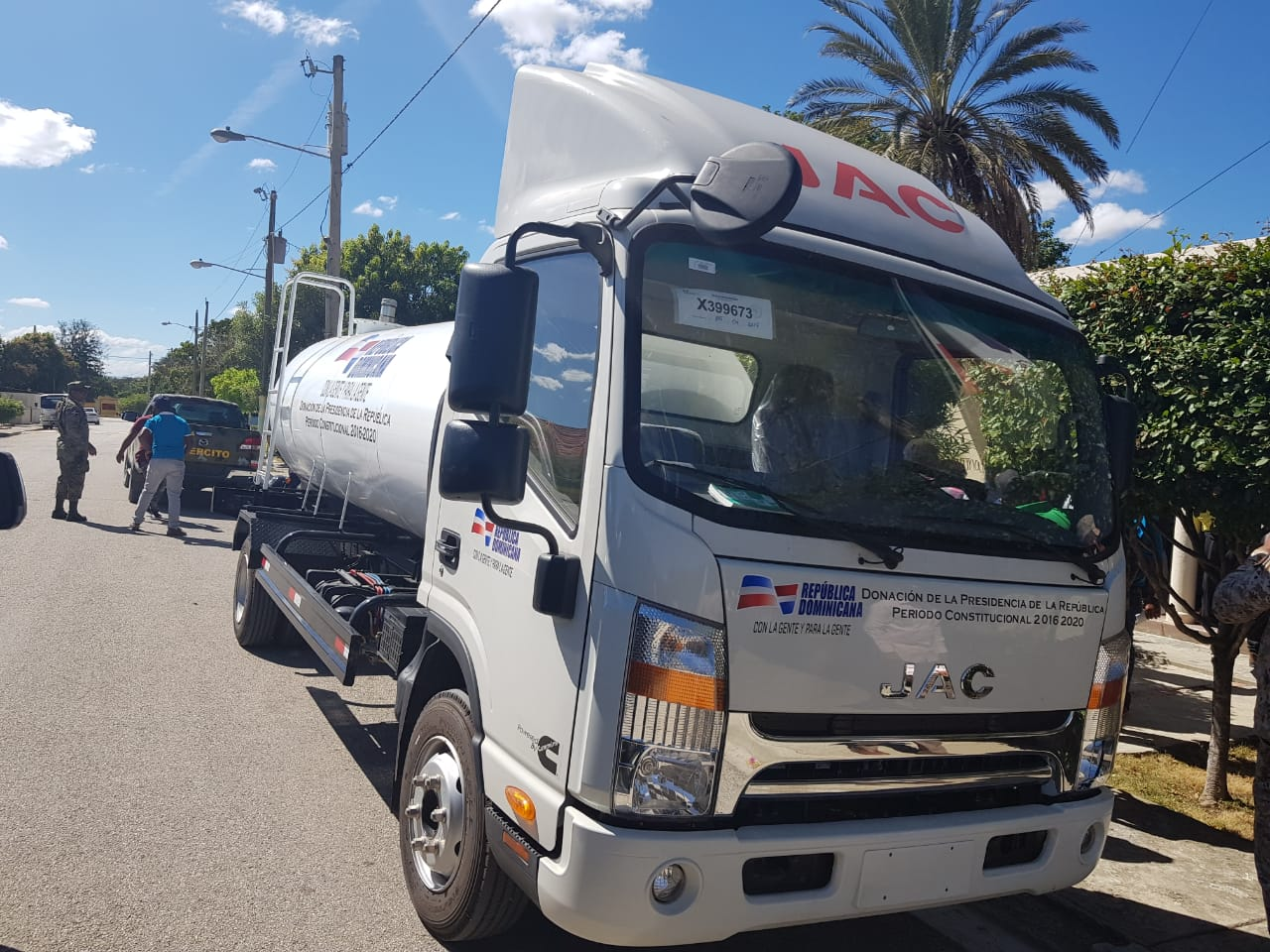 Donan dos camiones para transporte escolar y agua potable en Elías Piña