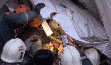 Rescatan vivo bebé de 11 meses tras 24 horas bajo escombros de edificio