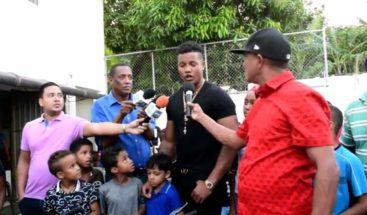 Pelotero Starlin Castro entrega juguetes en día de Reyes