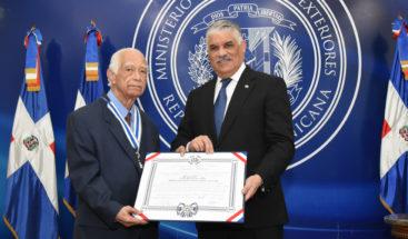 Otorgan condecoración al cardiólogo Carlos Lamarche Rey
