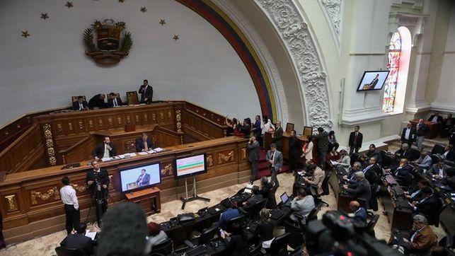 Parlamento de Venezuela asume competencias del Ejecutivo, que no reconoce