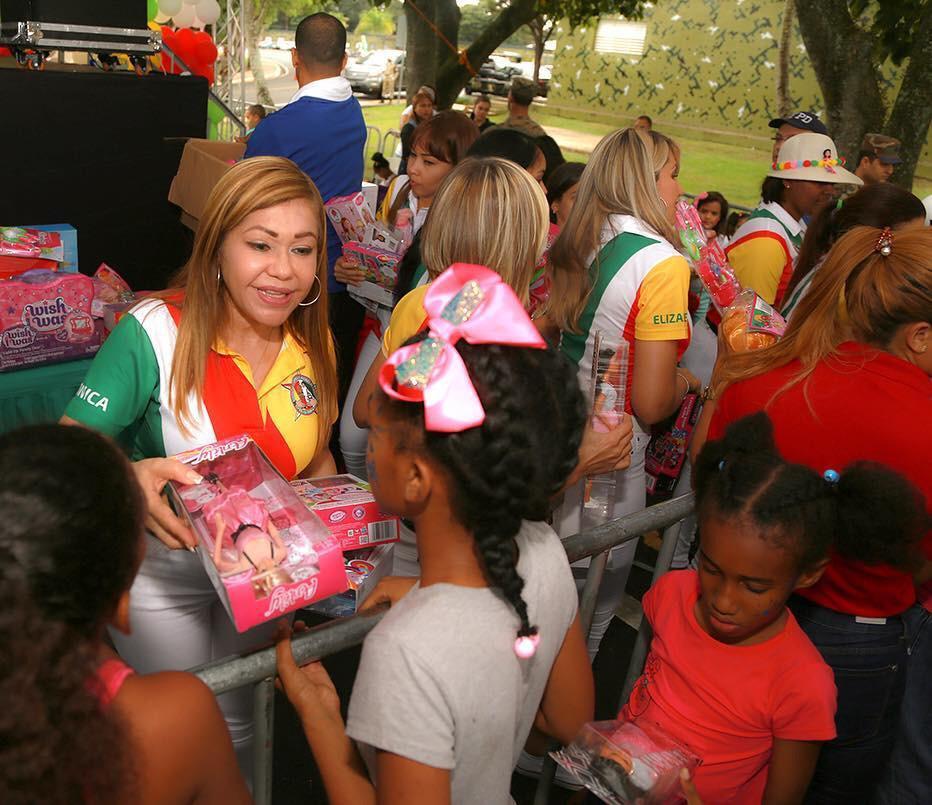 La ADEOERD entrega juguetes a hijos de miembros del ERD