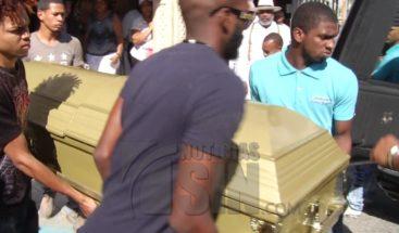 Sepultan restos joven resultó herido de bala en casa de su ex novia