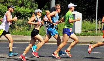 Atleta recoge cachorro perdido y corre 30 km en maratón con el animal